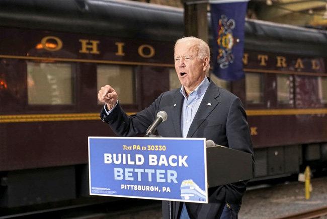 바이든 후보가 열차를 타고 펜실베이니아 주 피츠버그에 도착해 연설하고 있다. [AP]