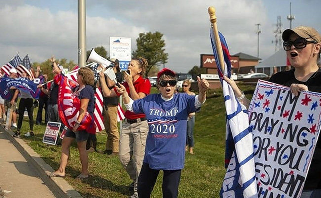 트럼프 대통령에 투표할 것을 독려하고 있는 지지자들. [Shaw Media]