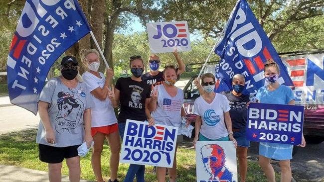 바이든 후보에 투표할 것을 호소하고 있는 지지자들. [Palm Beach Post]