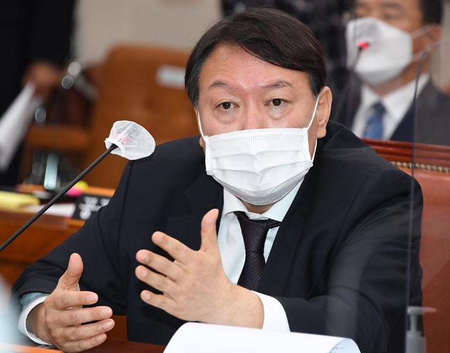 윤석열 검찰총장이 10월 22일 서울 여의도 국회에서 열린 대검찰청 국정감사에서 의원들의 질의에 답변하고 있다. [뉴스1]