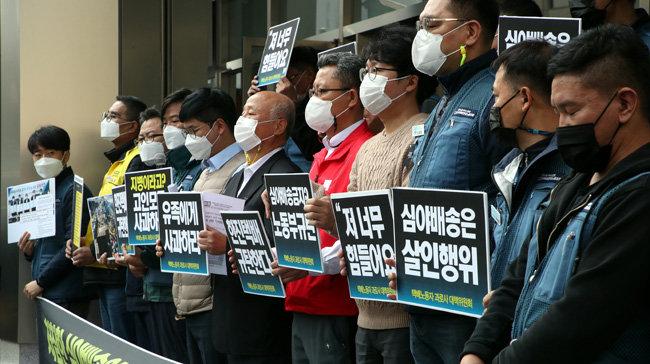 10월 23일 전국택배연대노동조합원들이 과로사 주장 기자회견을 열고 있다. [동아DB]