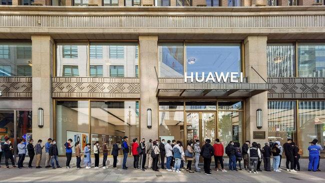 중국 젊은이들이 화웨이의 메이트 40 구매를 예약하기 위해 줄을 서고 있다. [AFP]