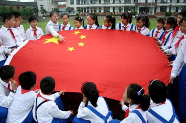 중국 초등학생들이 교사로부터 오성홍기에 대해 배우고 있다. [CHINA.ORG.CN]
