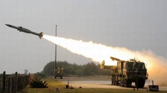 인도군이 국경지대인 라다크 지역에 실전 배치한 미사일을 시험발사하고 있다. [PTI]