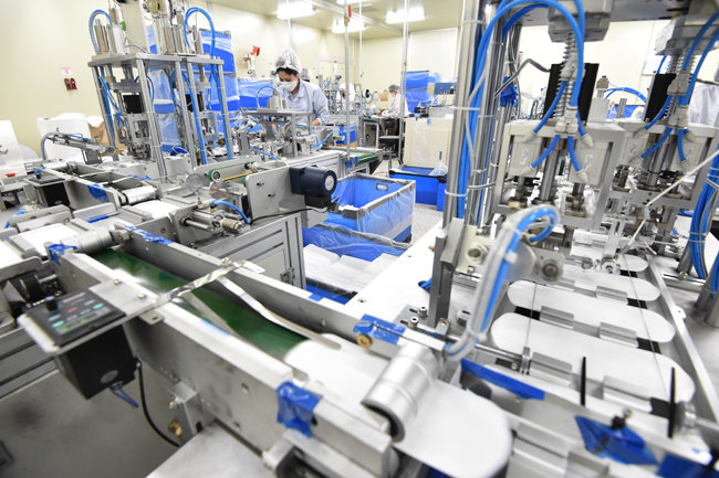 경기도 소재 한 마스크 제조 공장에서 수술용 마스크를 생산하고 있다. [뉴시스]