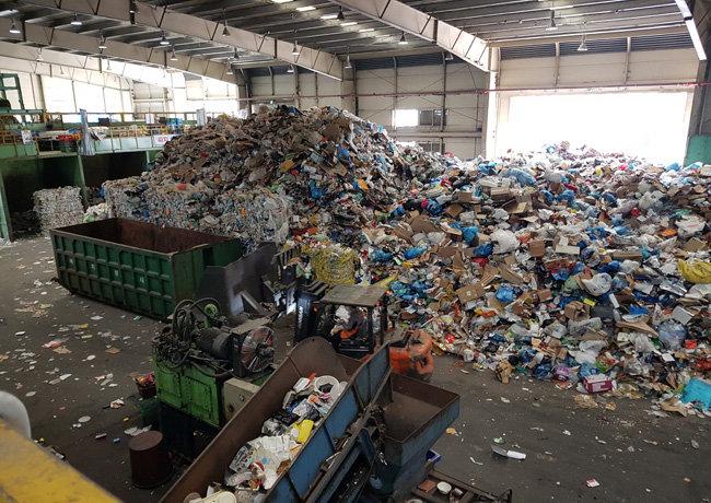 4월 14일 서울 송파자원순환공원 내 재활용쓰레기 분류 작업장에 폐플라스틱 등이 분류되지 않은 상태로 쌓여있다. [최진렬 기자]