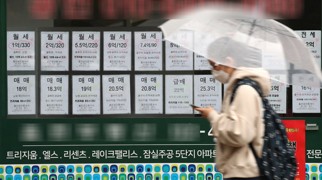 11월 1일 서울 송파구 잠실동 한 부동산공인중개업소에 붙은 매물 정보에 전세 매물이 거의 보이지 않는다. 전세 구하기가 어려운 현실을 보여준다. [동아DB]