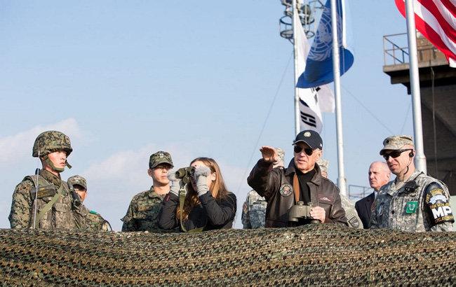 바이든 대통령 당선인이 2013년 방한 당시 손녀와 함께 DMZ를 방문했을 때의 모습. [USFK]