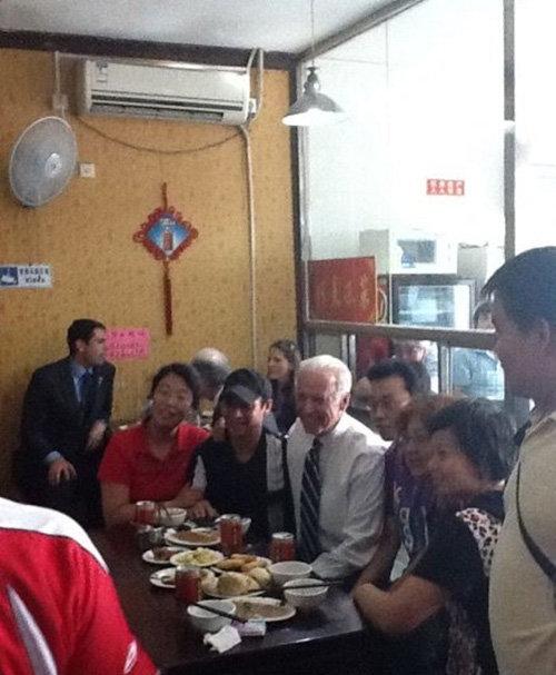 바이든 당선인이 부통령 때인 2011년 중국 베이징의 식당에서 손님들과 기념촬영을 하고 있다. [웨이보]