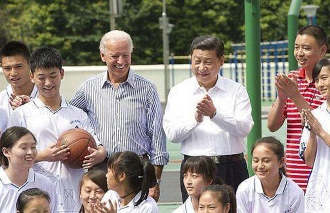바이든 당선인이 부통령 때인 2011년 시진핑 국가부주석과 쓰촨성의 학교를 방문한 모습. [신화망]