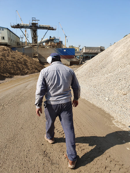 10월 30일 서울 강서구 한 건설폐기물 중간처리업체에서 외국인 노동자가 작업장을 둘러보고 있다. [최진렬 기자]