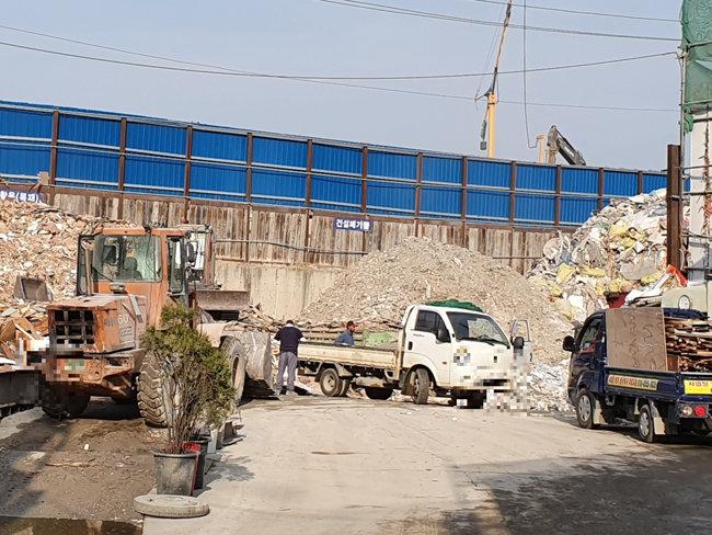 10월 26일 서울 강서구의 한 영세 건설폐기물 집하장에서 외국인 노동자들이 폐기물을 분류하고 있다.[최진렬 기자]