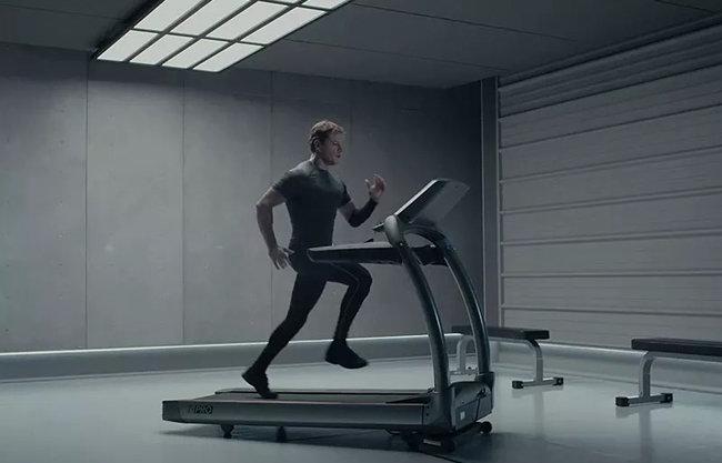 영화 '마션'에 우주비행사 역으로 출연한 맷 데이먼이 저중력에 의한 근육 퇴화를 막기 위해 운동을 하는 모습. [20세기폭스]