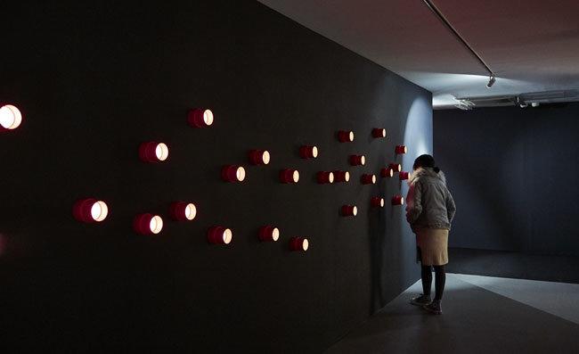 3층 전시실 '균열의 시작'에 설치된 '소문의 벽'을 관람하는 모습. [티앤씨재단 제공]