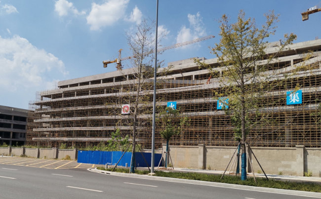 중국 우한 HSMC의 파산으로 공사가 중단된 7나노 공장 모습. [Business Daily]