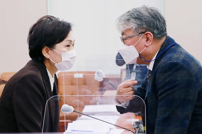 김현미 국토교통부 장관(왼쪽)이 11월 6일 서울 여의도 국회에서 열린 국토교통위원회 전체회의에서 여당 간사인 조응천 더불어민주당 의원과 대화하고 있다. [동아DB]