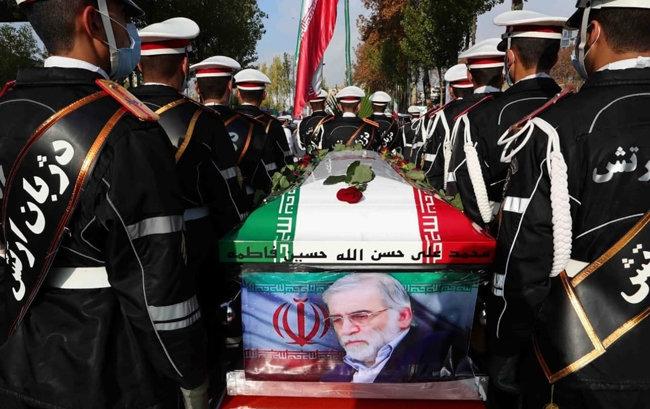 이란군 의장대가 암살된 파크리자데의 관을 운구하고 있다. [IRNA]