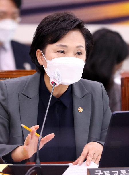 김현미 국토교통부 장관이 11월30일 국회 국토교통위원회 전체회의에서 '빵' 발언을 하고 있다.