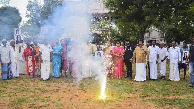 해리스 당선인의 인도 외가 마을 사람들이 축하 불꽃을 터뜨리고 있다. [PTI]