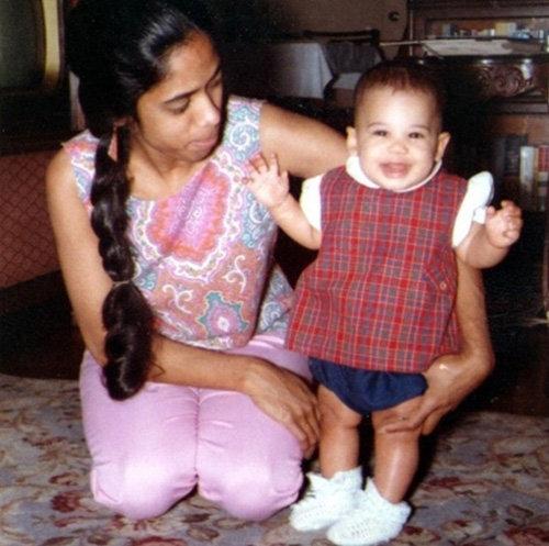 카멀라가 어릴 적 어머니와 함께 찍은 사진. [해리스 인스타그램]