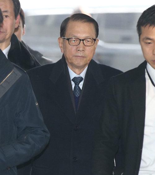 2017년 1월 20일 문화·예술계 블랙리스트 작성과 관련해 김기춘 전 대통령비서실장이 구속 전 피의자심문(영장실질심사)을 받기 위해 서울중앙지방법원으로 들어서고 있다. [동아DB]