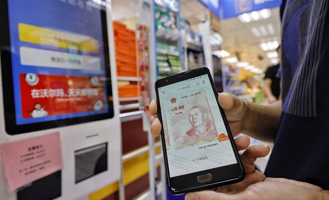 중국 선전시 시민들이 디지털 위안화로 상품을 구매하고 결재하고 있다. [Global Times]