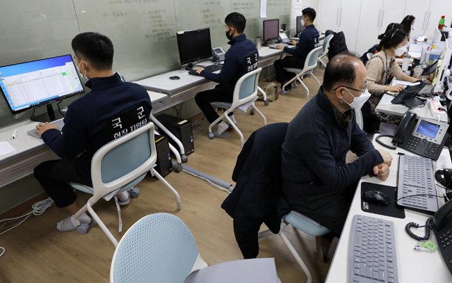특전사 군인들이 15일 신종 코로나바이러스 감염증 방역 역학조사 지원을 위해 서울 용산구보건소에서 데이터 입력작업을 하고 있다. [뉴스1]