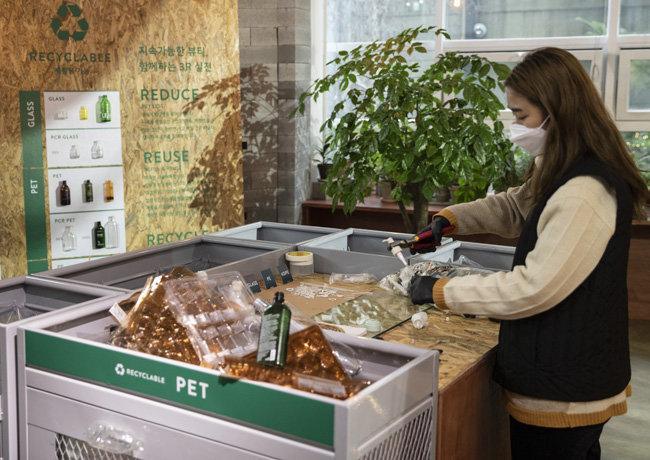 고객들이 보내준 용기를 수거해 폐플라스틱 재활용 용기를 만든다.