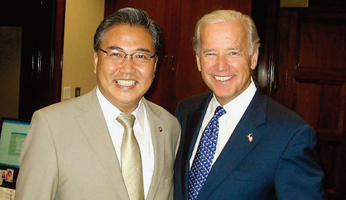 2008년 7월 미국 상원 외교위원장 집무실에서 조 바이든 당시 상원 외교위원장을 만난 박진 의원. [사진제공·박진 의원]