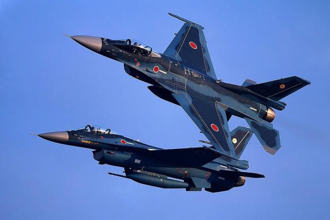 일본 항공자위대의 주력전투기 중 하나인 F-2가 기동훈련을 하고 있다. [JASDF]