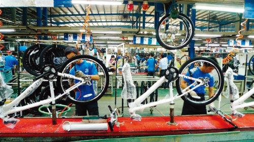 세계 최대 자전거 제작업체인 대만 자이언트 직원들이 공장에서 자전거를 조립하고 있다. [CNA]