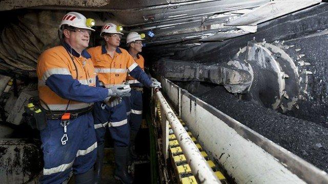 호주 광부들이 탄광에서 캐낸 석탄을 컨베이어벨트로 운반하고 있다. [The Australian]