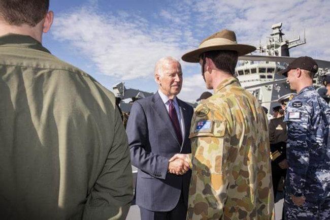 조 바이든 미국 대통령 당선인이 부통령 신분으로 2016년 호주를 방문했을 때 호주군 병사와 악수하고 있다. [US DOS]