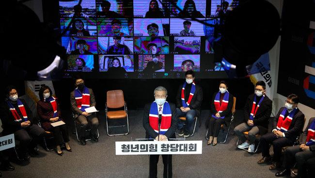 12월6일 국민의힘 김종인 비대위원장이 서울 영등포구 KNK디지털타워에서 열린 '청년국민의힘 창당대회'에서 축하 인사를 하고 있다. [뉴스1]