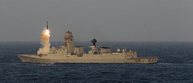 인도 구축함 첸나이호가 브라모스 대함 미사일을 시험 발사하고 있다. [Indian Navy]