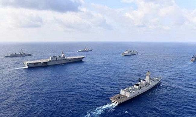 인도 해군과 베트남 해군 함정들이 남중국해에서 합동훈련을 실시하고 있다. [VNA]