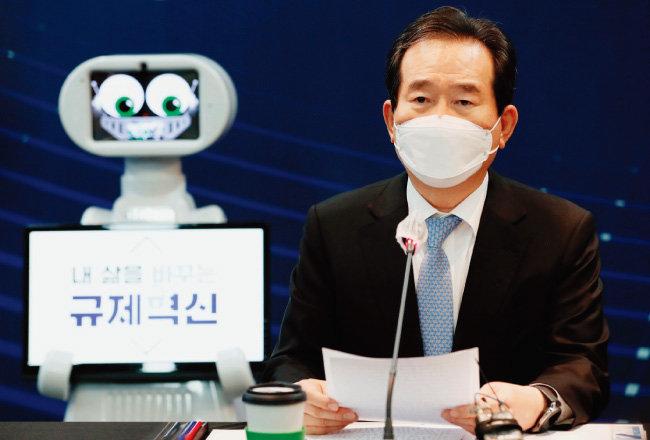 정세균 국무총리가 10월 28일 경기 고양시 킨텍스에서 개최된 '2020 로보월드' 로봇산업 규제혁신 현장대화에 참석해 발언하고 있다. [뉴스1]