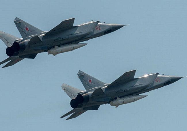 러시아 미그-31 전투기가 극초음속 미사일 킨잘을 탑재한 채 비행하고 있다. [러시아 국방부]