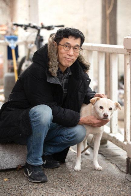 진중권 전 교수는 고양이 뿐 아니라 강아지도 좋아하는 동물애호가다.