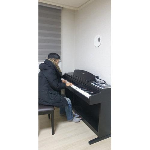 페북 절필 이후 진중권 전 교수는 피아노 연주 연습을 시작했다.
