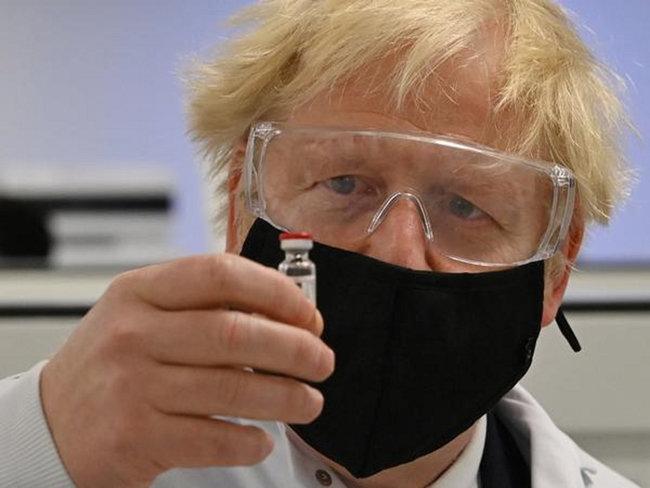보리스 존슨 영국 총리가 아스트라제네카 백신을 들어 보이고 있다. [WPA]