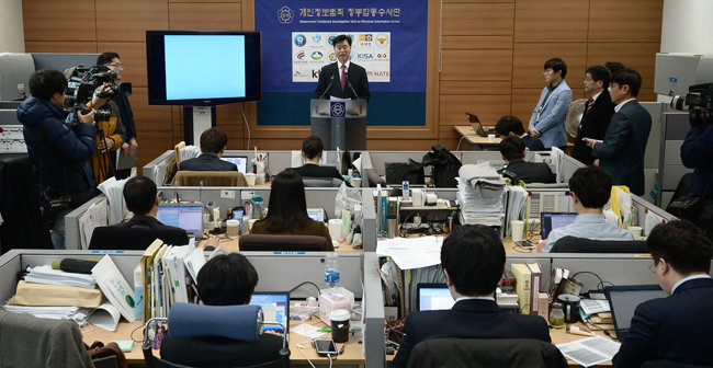 2015년 3월 17일 서울 서초동 서울고등검찰청 기자실에서 최윤수 당시 제3차장 검사가 '원전 자료 유출' 관련 브리핑을 진행하고 있다. 김수키 또는 탈륨으로 지칭되는 북한 해커조직이 해킹을 했다. [뉴스1]