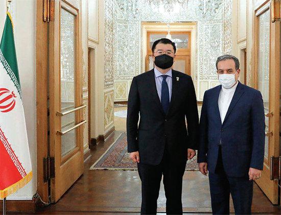 최종건 외교부 제1차관(왼쪽)과 아바스 아라그치 이란 외교차관이 1월 10일 테헤란 외교부 청사에서 회담에 앞서 기념 촬영을 하고 있다.  [테헤란=AP 뉴시스]