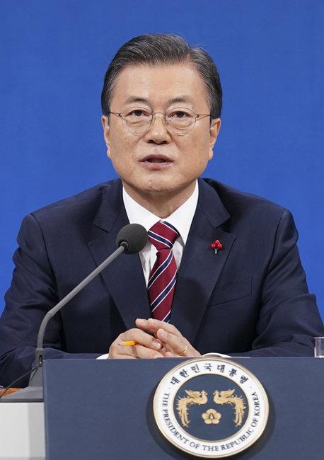 문재인 대통령이 1월 18일 청와대 춘추관에서 신년 기자회견을 하고 있다. [뉴스1]