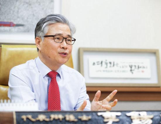 이석환 변호사가 1월 5일 '독일헤리티지DLS' 판매 과정의 문제점을 설명하고 있다. [지호영 기자]