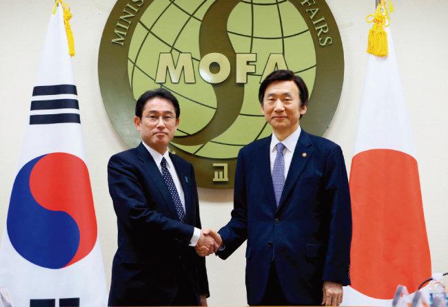2015년 12월 28일 한일외교장관 회담에 참석한 윤병세 당시 외교부 장관(오른쪽)과 기시다 후미오 일본 외무상. [뉴스1]