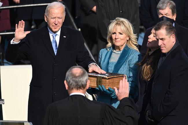 1월 20일(현지시각) 미국 워싱턴 국회의사당에서 조 바이든 대통령이 질 바이든 여사가 든 성경에 손을 얹은 채 존 로버츠 대법원장 앞에서 대통령 취임 선서를 하고 있다.