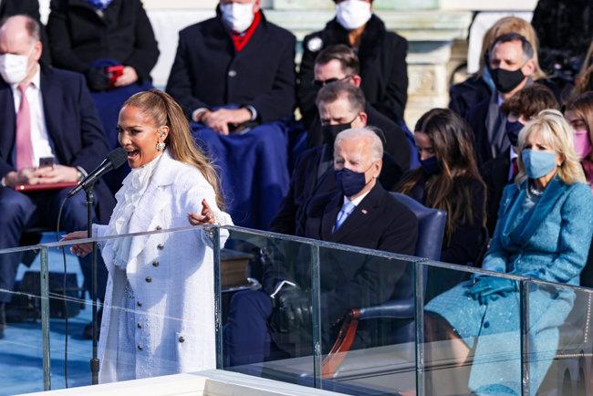1월 20일(현지시각) 미국 유명가수 겸 배우 제니퍼 로페즈가 대통령 취임식에서 축가를 부르고 있다.