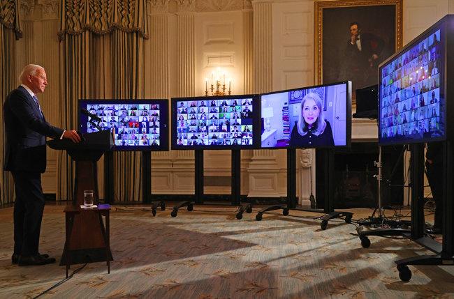 1월 20일(현지시각) 미국 워싱턴 백악관 만찬장에서 조 바이든 대통령이 새 행정부 각료 지명자들과 화상으로 회의하고 있다.
