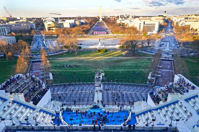 1월 20일(현지시각) 조 바이든 대통령 취임식을 앞둔 시각 미국 워싱턴 국회의사당 행사장. 코로나19 예방을 위해 좌석이 듬성듬성 설치됐다.